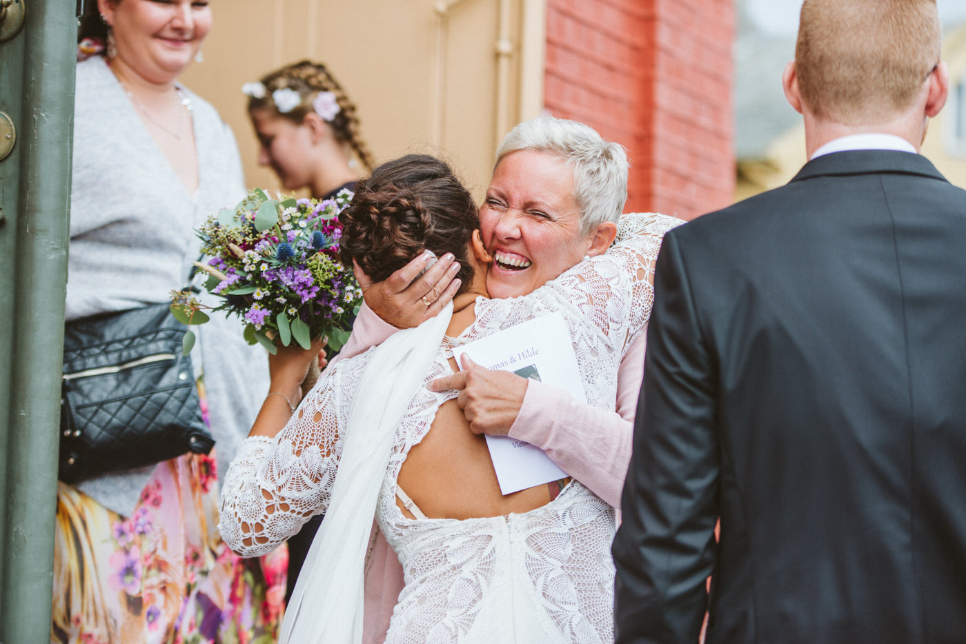 Mingling with your guests - Get your wedding timeline right!